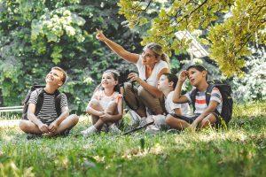 Studentin und Kinder im Ferienlager