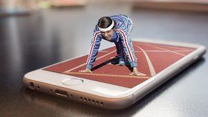 Frau sprintet auf einem Smartphone